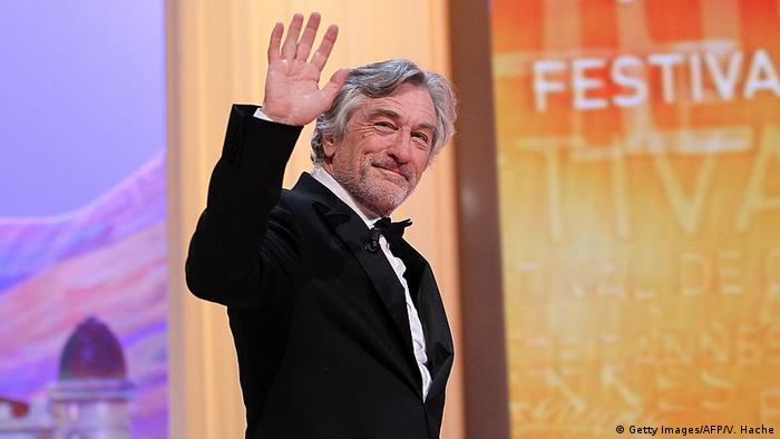 Robert De Niro winkt bei den Filmfestspielen in Cannes 2011 in die Kameras. (Foto: Getty Images/AFP/V. Hache)