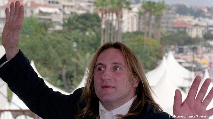 Gérard Depardieu 1992 in Cannes in lustiger Pose. (Foto: picture-alliance/Photoshot)