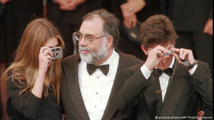 Francis Ford Coppola (c.) chega ao Festival de Cannes em 1996, acompanhado dos filhos Sophia (e.) e Roman (d.)