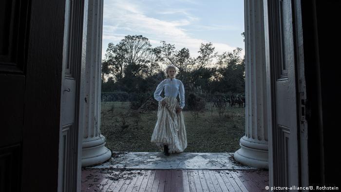 Filmszene aus dem Film Die Verführten mit Nicole Kidman, die in ein amerikanisches Herrenhaus mit großen Säulen eintritt (picture-alliance/B. Rothstein)