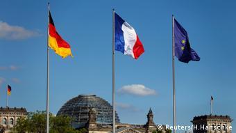 «Μαζί με τη νέα γαλλική κυβέρνηση είμαστε διατεθειμένοι να αναπτύξουμε σταδιακά περαιτέρω την Ευρωζώνη, για παράδειγμα με τη δημιουργία ιδίου νομισματικού ταμείου» αναφέρει το πρόγραμμα