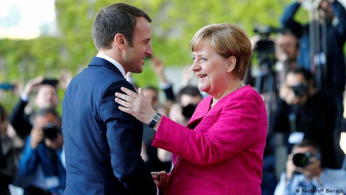 La canciller alemana, Angela Merkel, recibió al presidente francés, Emmanuel Macron, en la capital alemana con honores militares. Ambos quieren revivir la relación franco-germana e impulsar reformas en la eurozona. (15.05.2017)