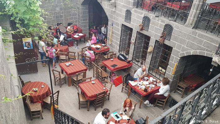 Menschen sitzen in einem Cafe in Diyarbakır