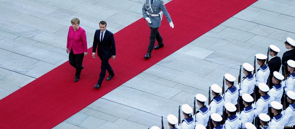 Em seu primeiro dia de governo, Macron foi recebido por Merkel em Berlim
