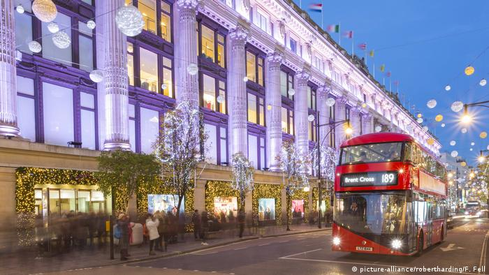 Historische Kaufhäuser - Selfridges on Oxford Street at Christmas, London, England (picture-alliance/robertharding/F. Fell)