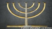 Eine Tafel, die an eine zerstörte Synagoge erinnert, ziert am Sonntag (23.11.2008) in Mainz ein siebenarmiger Leuchter (Menora), ein Symbol des jüdischen Glaubens. Rund 70 Jahre nach ihrer Zerstörung in der Reichspogromnacht ist der Grundstein zum Bau einer neuen Synagoge in Mainz gelegt worden. Der rund zehn Millionen Euro teure Gebäudekomplex, zu dem neben dem jüdischen Gotteshaus auch ein Gemeindezentrum gehören wird, entsteht dort, wo bis zum 9. November 1938 die Mainzer Hauptsynagoge gestanden hatte. Die Baukosten teilen sich das Land Rheinland-Pfalz und die Stadt Mainz. Foto: Fredrik von Erichsen dpa/lrs +++(c) dpa - Report+++ | Verwendung weltweit