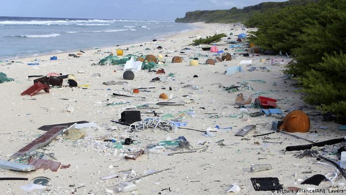 Lixo numa praia da ilha Henderson