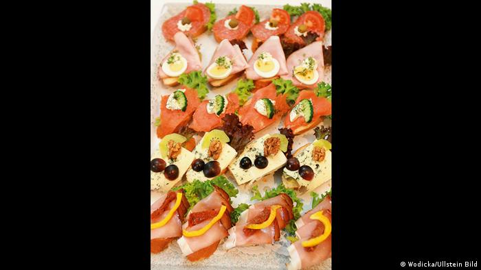 A generous plate of canapés (teNeues/Ullstein)