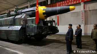 Ким Чен Ын осматривает ракету Hwasong-12 (фото из архива)