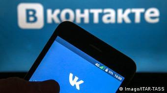 Смартфон на фоне логотипа ВКонтакте