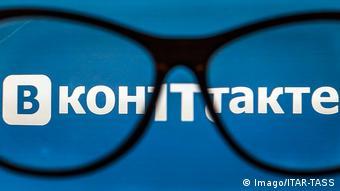 Символическая картинка: очки на фоне логотипа ВКонтакте
