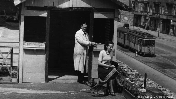 Schwarz-Weiß-Foto einer Gartenhütte auf dem Hermannplatz in Berlin 1949 (Foto: picture-alliance/akg-images)
