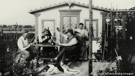 Men playing skat in their garden (picture-alliance/akg-images)