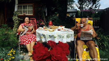 A couple in their garden in 1970s (picture-alliance/dpa/Brüchmann)