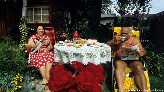 A couple having breakfast outside in their Schrebergarten (picture-alliance/dpa/Brüchmann)