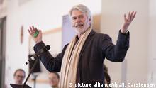 Chris Dercon, neuer Intendant der Berliner Volksbühne, spricht über die Inhalte seiner ersten Spielzeit am 16.05.2017 auf einer Pressekonferenz in Berlin. Foto: Jörg Carstensen/dpa +++(c) dpa - Bildfunk+++ | Verwendung weltweit