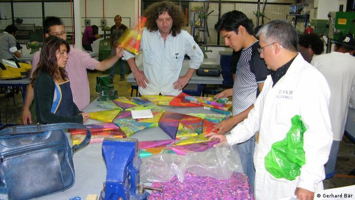El artista alemán Gerhard Bär trabajando con estudiantes de la Universidad Nacional Autónoma de México.