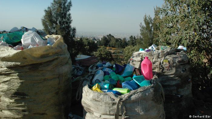 Costales llenos de desechos plásticos.