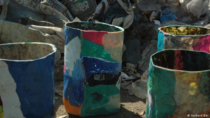 Coloridos botes fabricados con restos de polietileno reciclado.
