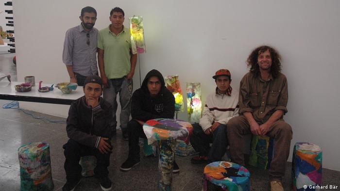 El artista alemán Gerhard Bär y jóvenes mexicanos presentan los objetos que crearon a partir de plástico reciclado.