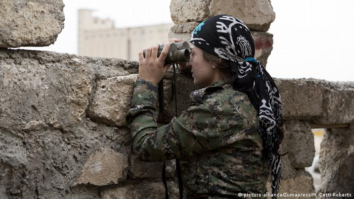 YPJ Kämpferin (picture-alliance/Zumapress/M. Cetti-Roberts)