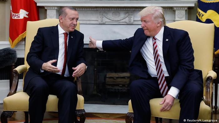 El presidente de EE. UU., Donald Trump, recibió hoy en la Casa Blanca a su colega turco, Recep Tayyip Erdogan, quien intenta abrir un nuevo capítulo en unas difíciles relaciones. Trump, le prometió hoy a su par turco el respaldo de su país en la lucha contra la milicia terrorista Estado Islámico (EI) y el Partido de los Trabajadores del Kurdistán (PKK). (16.05.2017)