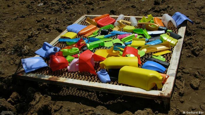 Restos de basura de polietileno de diferentes colores.