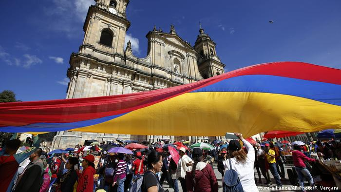 Kolumbien Proteste in Bogota (picture-alliance/AP Photo/F. Vergara)