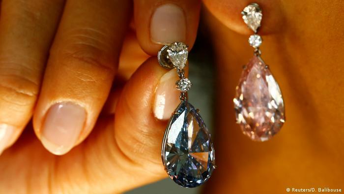 Auktionshaus Sotheby`s Versteigerung von Diamantohrringen (Reuters/D. Balibouse)