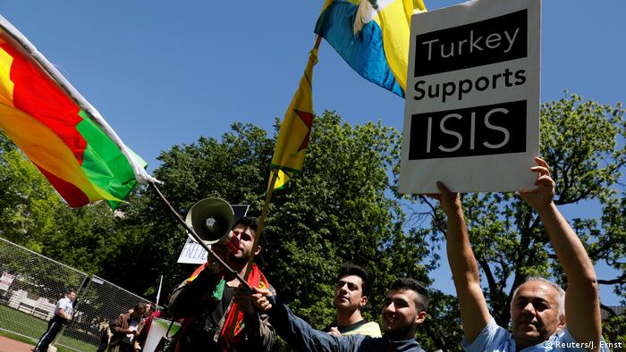 Washington Anti-Erdogan Demonstranten im Lafayette Park (Reuters/J. Ernst)