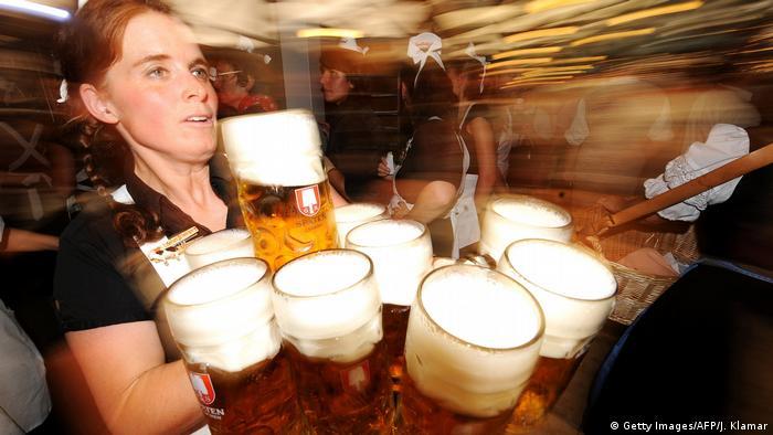 Oktoberfest Kellnerin mit Maßkrügen (Getty Images/AFP/J. Klamar)