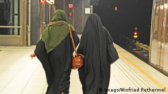Symbolbild Wahabismus- Muslimische Frauen in langen Gewändern und Kopftüchern in Brüssel