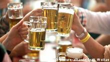 ARCHIV- Besucher der 495. Eisleber Wiese feiern nach der Eröffnung am 16.09.2016 in Lutherstadt Eisleben (Sachsen-Anhalt) mit viel Bier. (zu dpa Bierpreise entwickeln sich auseinander vom 21.02.2017) Foto: Jan Woitas/dpa-Zentralbild/dpa +++(c) dpa - Bildfunk+++ BG Bildergalerie Bierpreise