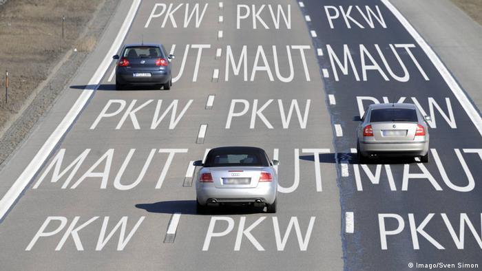 Passenger cars on a three-lane road (Imago/Sven Simon)