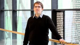 Markus Schäfer standing in a university hall (Copyright: Richard Lemke)
