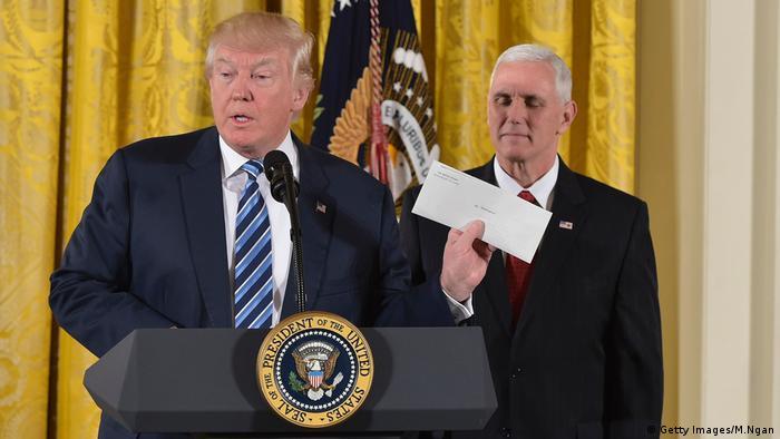 Trump Symbolbild Geheimnisverrat Dokument