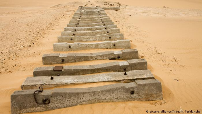 Namibia - old railroad ties (picture-alliance/Ardea/K. Terblanche)
