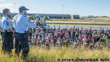 09.09.2015*** Zahlreiche Flüchtlinge laufen am 09.09.2015 bei Kliplev über die Fahrbahn der dänischen Autobahn E 45 in Richtung Norden. Die Flüchtlinge wollen sich nicht in Dänemark registrieren lassen, sondern zu Fuß weiter nach Schweden reisen. Foto:Benjamin Nolte/dpa | Verwendung weltweit