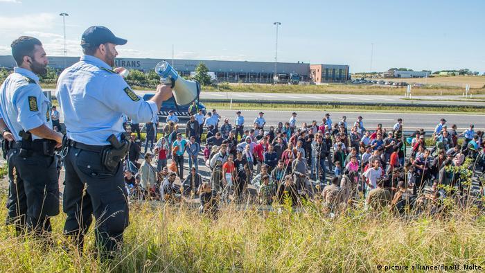 Dänemark Flüchtlinge auf der Autobahn