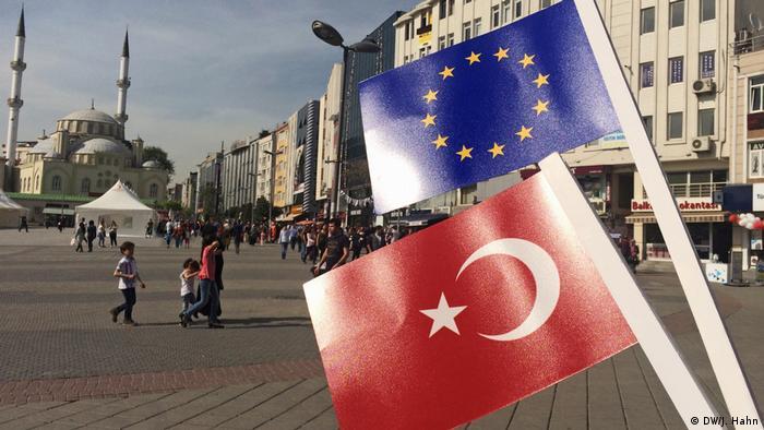 El Gobierno turco acusó a Angela Merkel y al candidato socialdemócrata, Martin Schulz, de avivar el racismo por su propuesta de suspender negociaciones de adhesión de Turquía a la UE. (4.9.2017).