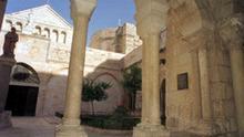 Blick durch den Kreuzgang auf die Geburtskirche in Bethlehem. (undatierte Aufnahme). Laut Überlieferung wurde hier Jesus geboren.