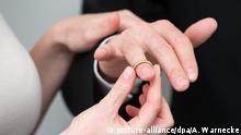 Heiraten - Ehering anstecken