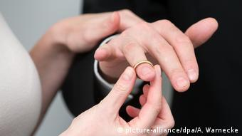Getting married - exchange of rings (picture-alliance/dpa/A. Warnecke)