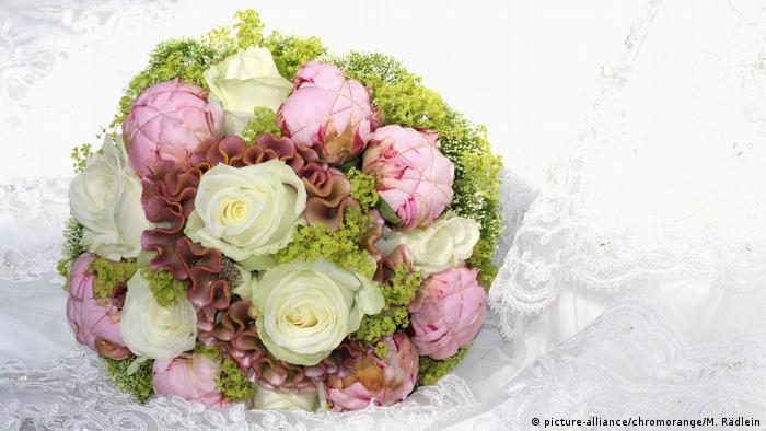 Hochzeit Brautstrauß (picture-alliance/chromorange/M. Rädlein)
