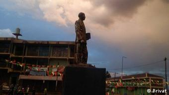 Äthiopien Statue des Autors Haddis Alemayehu in Debre Markos