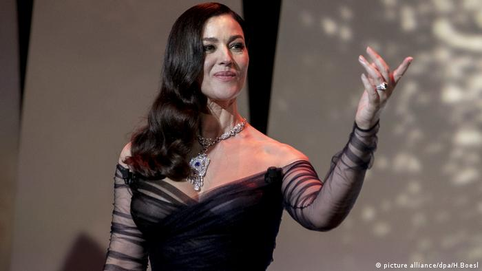 Monica Bellucci winkt in Cannes den Fotografen zu (picture alliance/dpa/H.Boesl)