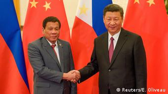 Chinese President Xi Jinping (R) and Philippine President Rodrigo Duterte (Reuters/E. Oliveau)