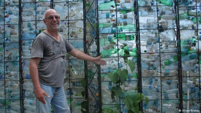 Robert Bezeau with his plastic bottle castle on Bocas del Toro in Panama. Photo credit: Oliver Ristau.