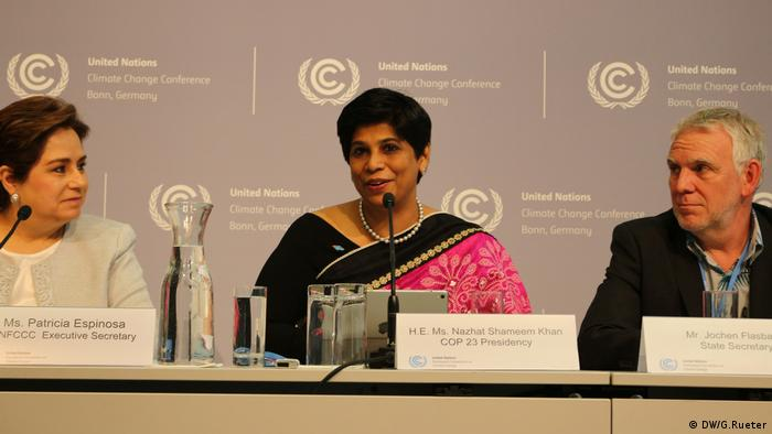 Left to right: UNFCCC Chief Patricia Espinosa, Fiji Ambassador Nazhat Shemeem Khan, German delegate Jochen Flasbarth (DW/G.Rueter)