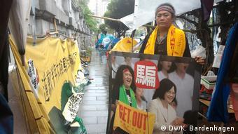 Aktivistin Panai Kusui in Taipeh mit Protestplakat gegen Präsidentin Tsai